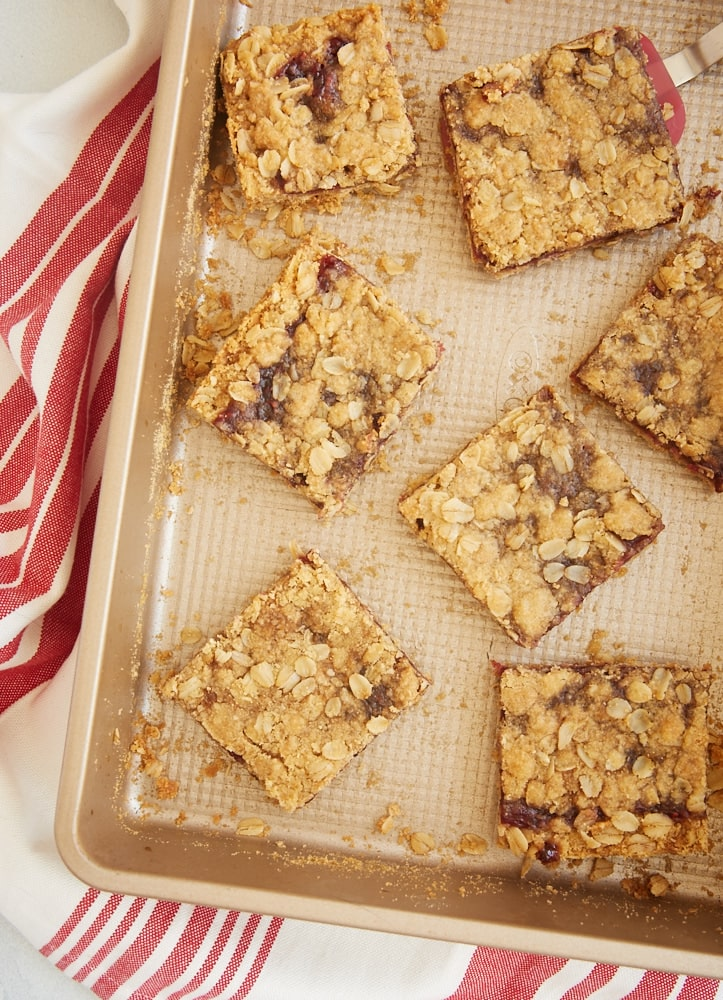 These super simple Oatmeal Raspberry Bars are always such a hit. The chewy oat crust and topping and that sweet raspberry filling make them irresistible! - Bake or Break