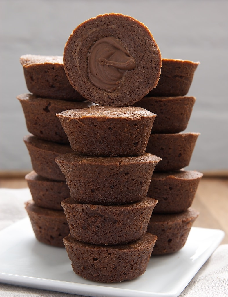 Chocolate Hazelnut Brownie Cups are rich brownies filled with chocolate-hazelnut spread. A great quick and easy dessert!