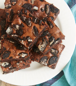 Rich, fudgy brownies and Oreos combine for these amazingly delicious Fudgy Cookies and Cream Brownies! - Bake or Break