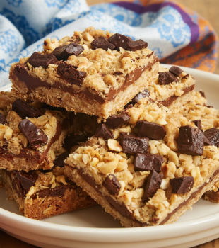 Chocolate and hazelnuts are a perfect pair in these crunchy, nutty, sweet Chocolate Hazelnut Oat Bars! - Bake or Break