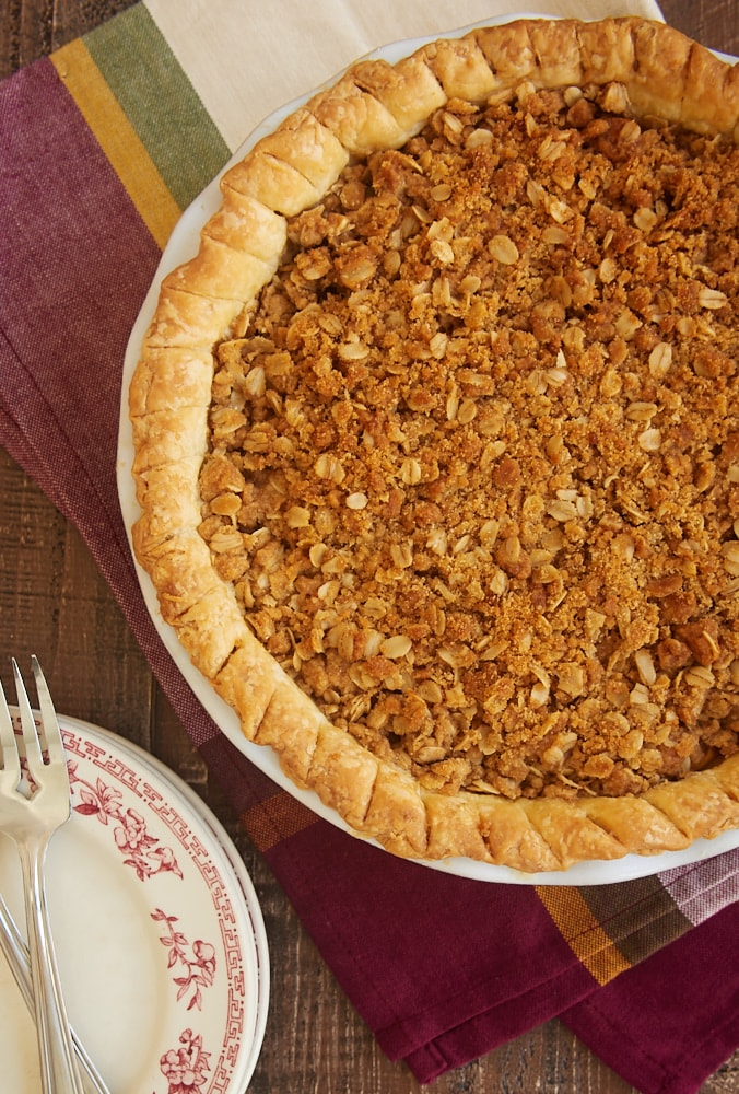 Apple Crumb Pie combines sweet apples and a cinnamon crumb topping for an unforgettable dessert! - Bake or Break