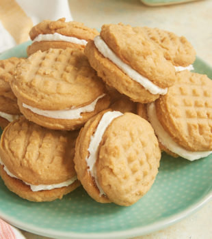 Traditional peanut butter cookies meet sweet marshmallow frosting in these irresistible Peanut Butter Marshmallow Sandwich Cookies! - Bake or Break